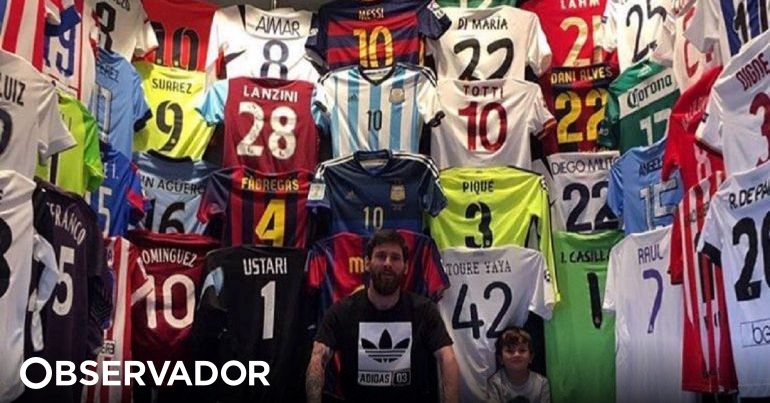 ca80068cff Há mais dois portugueses na extensa coleção de camisolas de Messi além de  Deco. Sabe quem é  – Observador